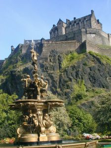 edinburgh_castle_and_fountain